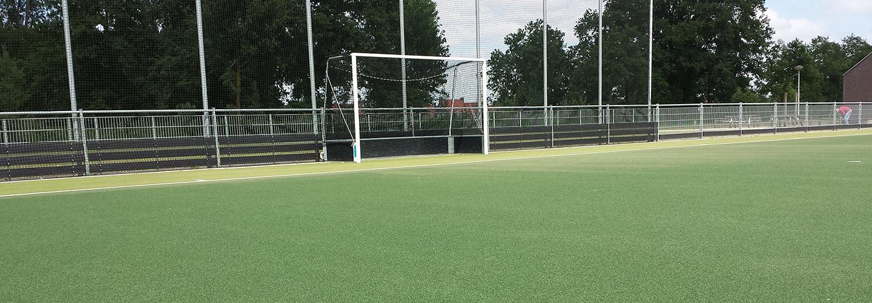 Zandingestrooid hockeyveld