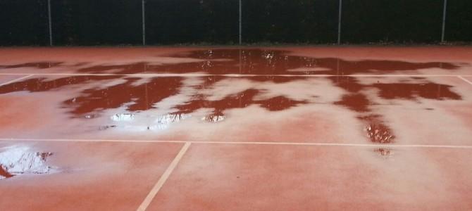 Verstening achter de baseline bij roodzand ingestrooide tennisbanen